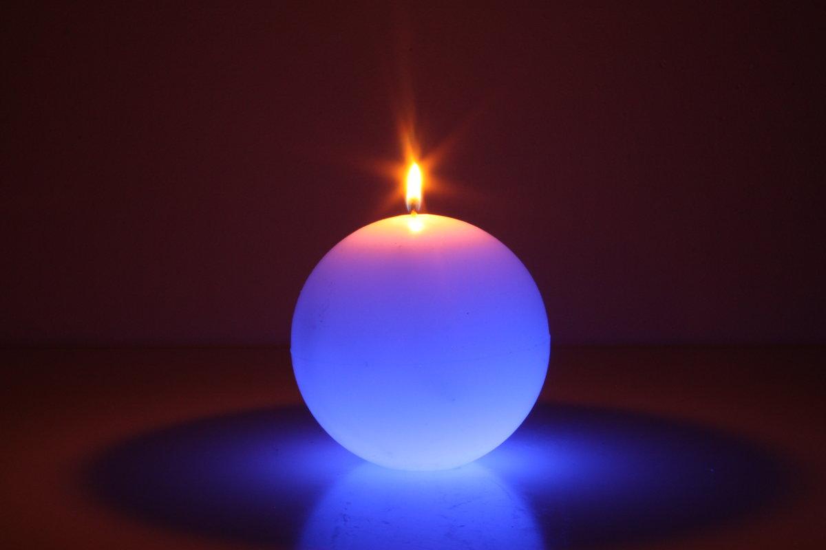 Меняющая цвет свеча